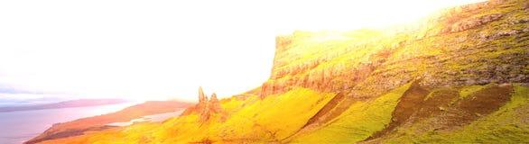 Glanz-Blendenfleck Skye Panorama Old Man Ofs Storr besonders weit stockfotografie
