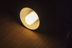 Glanz einer beleuchteter Lampe aus der Dunkelheit heraus Lizenzfreie Stockbilder