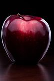 Glanz rotes Apple auf dunklem Hintergrund stockbilder