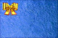 Glanzend blauw blad en gouden lint Stock Foto's