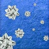 Glanzend blauw blad gouden en zilveren lint Royalty-vrije Stock Foto's
