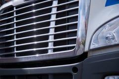 Glanzend chroomtraliewerk van grote semi vrachtwagen Royalty-vrije Stock Afbeelding