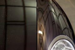 Glanzend die element van schoon, met was, het close-up h wordt behandeld van het autolichaam royalty-vrije stock afbeeldingen