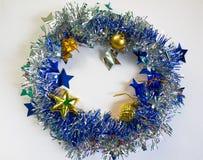 Glanzend en fonkelend lint met sparren binnen stuk speelgoed Blauwe ornamentcirkel Royalty-vrije Stock Afbeeldingen