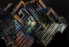 Glanzend kleurrijk mineraal bismut op een donkere achtergrond Royalty-vrije Stock Fotografie