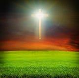 Glanzend kruis over donker hemel en gebied Stock Foto's