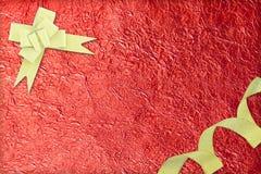 Glanzend rood blad en gouden lint Stock Fotografie