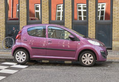 Glanzend violet Peugeot 107 auto Stock Afbeelding