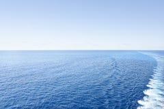 Glanzend water in kleurrijke overzeese kant stock fotografie