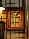 Glanzend werktuig op een muurachtergrond Zilveren lepels en weinig voor Stock Afbeeldingen