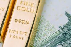Glanzende baar van goud op groen Euro bankbiljetgeld zo financieel zoals Royalty-vrije Stock Foto