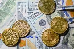 Glanzende bitcoins die over dollarrekeningen leggen stock afbeelding