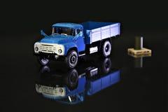 Glanzende blauwe miniatuurvrachtwagen stock fotografie