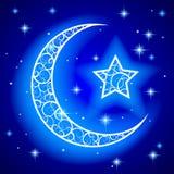 Glanzende decoratieve halve maan met ster op blauwe nacht sterrige hemel royalty-vrije illustratie