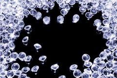 Glanzende diamanten op een zwarte achtergrond stock foto's