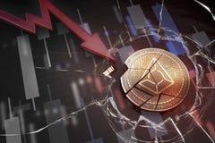 Glanzende die gouden VOORSPELT cryptocurrencymuntstuk bij het negatieve dalende verloren het tekort van de grafiekneerstorting ba Stock Foto