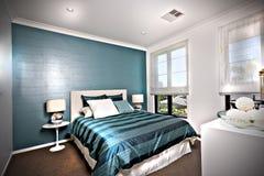 Glanzende en blauwe decoratieve slaapkamer met witte muren Royalty-vrije Stock Foto's