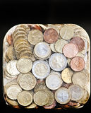 Glanzende euro muntstukken die in ijs worden bevroren stock afbeelding