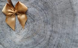 Glanzende gouden boog op de ruwe oppervlakte van een oude stomp met gespleten stock afbeelding