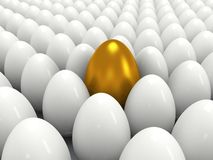 Glanzende gouden en witte eieren Stock Foto's