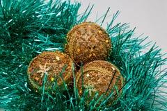Glanzende gouden Kerstmisballen Stock Foto