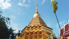 Glanzende Gouden Stupa van Wat Pan On stock videobeelden