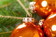 Glanzende heldere koper gekleurde Kerstmisballen Stock Foto