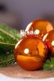Glanzende heldere koper gekleurde Kerstmisballen Royalty-vrije Stock Foto's