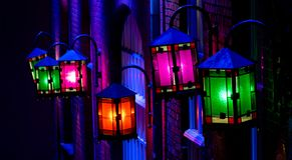 Glanzende lantaarns op een huis stock foto's