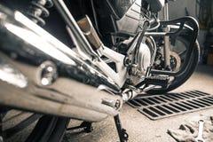 Glanzende motorfiets die zich in garage bevinden royalty-vrije stock foto