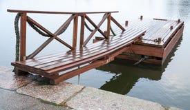 Glanzende natte houten drijvende pijler in nog meerwater royalty-vrije stock foto