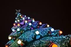 Glanzende nieuwe jaarboom in het stadsvierkant Royalty-vrije Stock Foto's