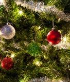 Glanzende ornamenten op Kerstboom royalty-vrije stock afbeeldingen