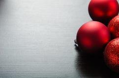 Glanzende rode Kerstmisballen op zwarte houten achtergrond Royalty-vrije Stock Fotografie