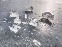 Glanzende scherven van gebroken ijs Abstract stilleven van ijsijsschollen Stock Foto