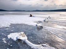 Glanzende scherven van gebroken ijs Abstract stilleven van ijsijsschollen Stock Fotografie