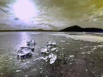 Glanzende scherven van gebroken ijs Abstract stilleven van ijsijsschollen Royalty-vrije Stock Fotografie
