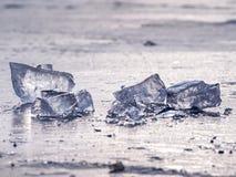 Glanzende scherven van gebroken ijs Abstract stilleven van ijsijsschollen Royalty-vrije Stock Foto