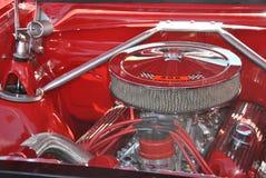 Glanzende verchroomde motor van oude rode vrachtwagen royalty-vrije stock fotografie