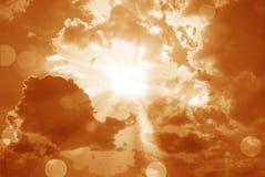 Glanzende zon bij duidelijke oranje hemel en lensgloed met exemplaarruimte Stock Afbeelding