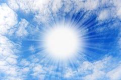 Glanzende zon met stralen in het centrum van wolken Stock Afbeeldingen
