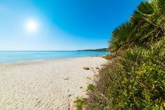 Glanzende zon over het strand van Le Bombarde royalty-vrije stock foto