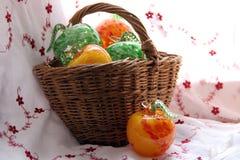 Glasäpfel, Weidenkorb Stockfotografie
