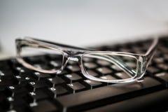 glasögon med tangentbordet Fotografering för Bildbyråer