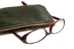 Glasögon och läderfall Royaltyfria Bilder