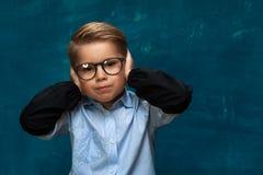 Glasögon och skjorta för stressat barn bärande arkivfoto