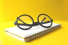 Glasögon på anteckningsboken Royaltyfri Bild
