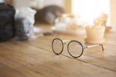 Glasögon på den wood tabellen royaltyfria bilder