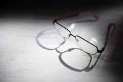 Glasögon på en trätabell Royaltyfria Bilder