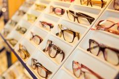 Glasögon, skuggor och solglasögon i optometriker shoppar arkivfoto